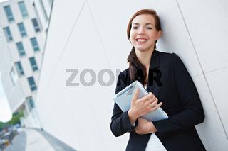 Businessfrau vor Büro mit Tablet Computer