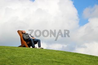 Mann auf einem Liegestuhl