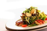 Salatteller mit Jakobsmuscheln und Trüffeln