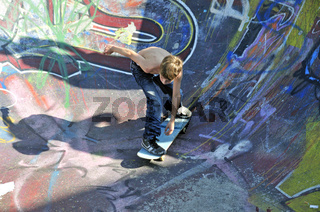 Zehnjähriger Skater, Bowl in einer Skateboardbahn, Bowl, Brüssel, Belgien, Europa