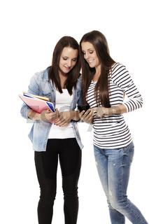 teenager schauen auf ein smartphone