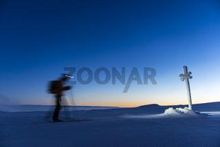 Skifahrer ueber den Wolken auf dem Berg Dundret  im letzten Abendlicht, Gaellivare, Lappland, Schweden