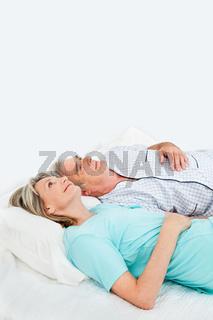 Nachdenkliche Senioren im Bett