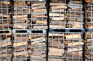 Brennholz in Gitterboxen gestapelt