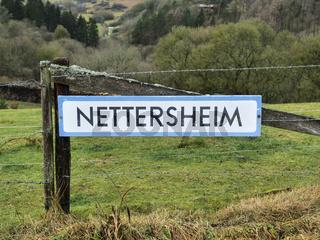 Ortsschild der Gemeinde Nettersheim am Wanderweg Eifelschleifen