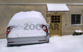 Winter in der Stadt - Das Auto vor dem Haus abgestellt.