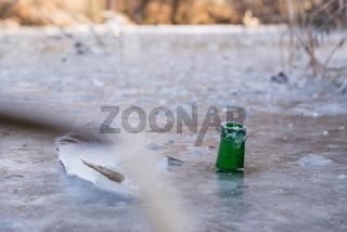Trinkflasche in Eis gefroren - Wasserstandsanzeiger