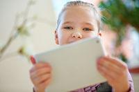 Mädchen beim Spielen mit Tablet PC