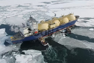 Towing liquefied gas tanker. Transportation of hydrocarbons by sea.