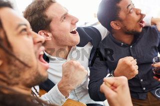 Jubelnde Sport Fußball Zuschauer jubeln zusammen