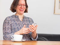 Frau freut sich über Nachricht