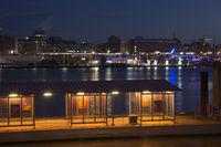 Fähranleger im Hamburger Hafen bei Nacht, Deutschland