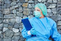 Klinikmitarbeiter oder Containment Scout mit Liste zur Kontaktverfolgung