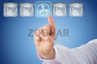 Finger zeigt auf Windenergie-Icon vor blauem Grund