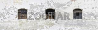 Alte Bauernhauswand mit Stallfenster.
