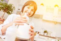 Mutter beim Erwärmen von Babymilch für Baby