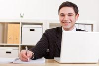 Jurastudent lernt mit Laptop