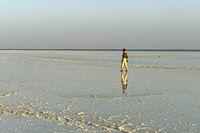 Tourist läuft über die Kruste aus Steinsalz auf dem Assale Salzsee, Danakil Depression, Äthiopien
