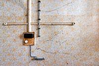 alte Aufputzinstallation Telefon und Steckdosen