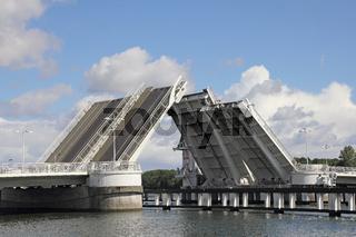 Die Klappbrücke über die Schlei in Kappeln ist halb geöffnet