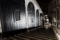Venedig - Treppe zur Rialtobruecke in der Nacht