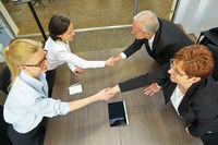 Geschäftsleute begrüßen sich mit Handschlag