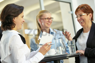 Geschäftsleute vereinbaren Termin im Büro
