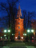 beleuchtete Dreikönigskirche zur blauen Stunde