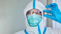Forscher hält Medikament gegen Coronavirus und Covid-19 in Händen