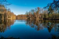 Der Mühlenteich am Schloss Dammsmühle in Wandlitz mit Reflexionen des Mondes