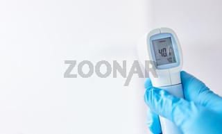 Infrarot Fieberthermometer zeigt Fieber nach Messung