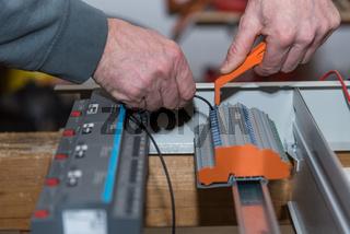 Elektriker arbeitet mit dem Bussystem – Nahaufnahme Handwerker
