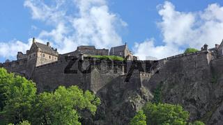 Silhouette des Edinburgh Castle und der Princes Street Park am Nachmittag