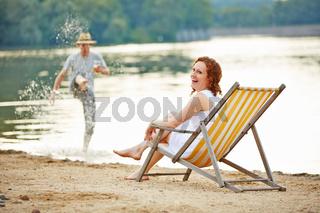 Lachendes Paar hat Spaß am See