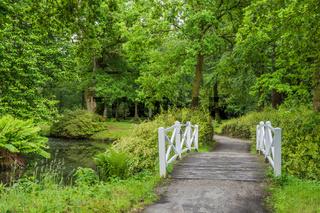 Weiße Holzbrücke im Schlosspark Lütetsburg, Ostfriesland, Niedersachsen, Deutschland