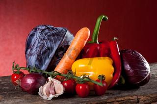 Gemischtes Gemüse auf Holz