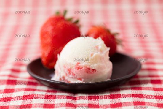 Kugel Eiscreme mit Erdbeer Frucht Variegato
