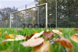 Fussball Spielabsagen und gesperrte Sportplätze Bolzplätze wegen Corona Pandemie