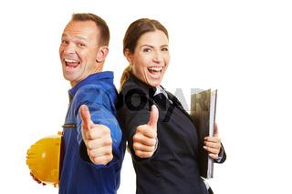Arbeiter und Geschäftsfrau halten ihre Daumen hoch