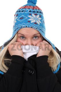 Junge Frau im Winter beim Frieren mit Mütze