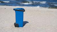 blaue Mülltonne am Strand von Swinemünde