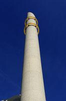 minarett der kölner moschee mit den beiden goldenen ringen