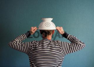 Mann mit Kopfschutz