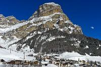 Der Gipfel Sassonghe erhebt sich über der Skistation Corvara, Alta Badia,Dolomiten,Südtirol, Italien