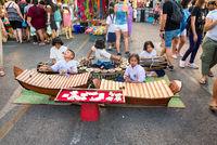 Strassenmusiker auf dem Nachtmarkt von Krabi in Thailand