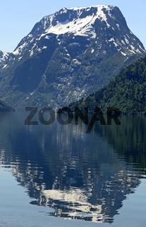 Der Skjorta Gipfel spiegelt sich im Breimsvatnet See