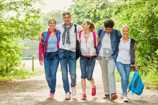 Gruppe Teenager Freunde beim Wandern