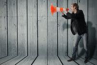 Mann benutzt ein Warnkegel als Megafon