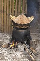 Traditioneller Reiskocher über offenem Feuer