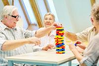 Gruppe Senioren im Altersheim spielen mit Bausteinen